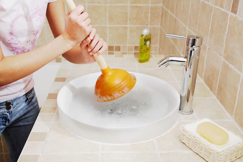 Déboucher un évier ou un lavabo