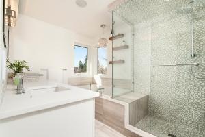 Jolie salle de bain blanche design avec douche et baignoire