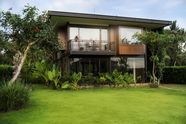 Jardin bien entretenu d'une maison à vendre