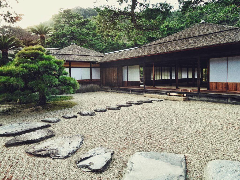 dalle en pierre dans un jardin de style japonais